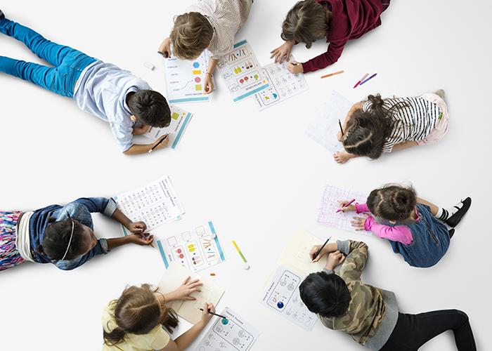 Scoala-copii-gradinita colorat creioane